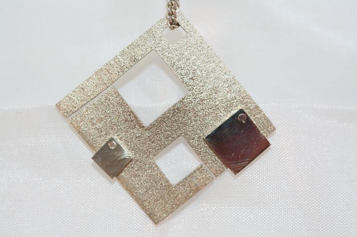 Begin met een vierkant plaatje zilver en maak er zelf een sieraad van naar eigen smaak! #atelier_DOS