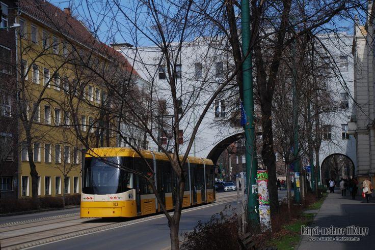 Szeged: PESA SWING 120Nb típusú villamos a Boldogasszony sugárúton