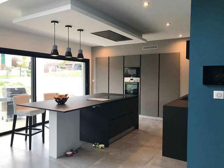 Hotte encastrée plafond bas dans cuisine noire et blanche Idées - hotte integree dans meuble haut