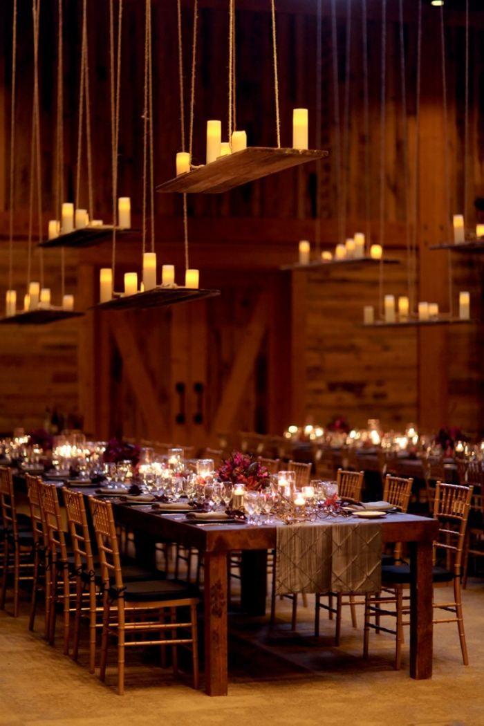 kreative Lichtgestaltung einer Hochzeit- von der Decke abgependelte Kerzenständer