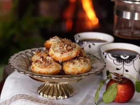 Man kan göra underverk med en rulle kyld smördeg. Äppelsnurrorna är även läckra till julkaffet.