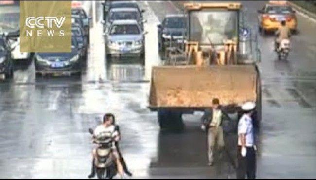Pria ini Mengamuk Sambil Kendarai Buldoser, dan Menghancurkan 10 Mobil