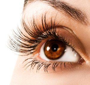 Goed voor je ogen    Voor je ogen is vitamine A nodig, met name voor het aanpassen van je zicht bij schemer. Ook helpt het bij droge ogen.    Gezonde huid, haar en tandvlees    Vitamine A is van belang voor de vorming van cellen die in je huid voorkomen en daarom belangrijk voor de gezondheid van je huid. Deze cellen komen ook voor in tandvlees en haar. Waarschijnlijk dus dat vitamine A ook goed is voor je tandvlees en haar, maar hiervoor is meer wetenschappelijk onderzoek nodig.