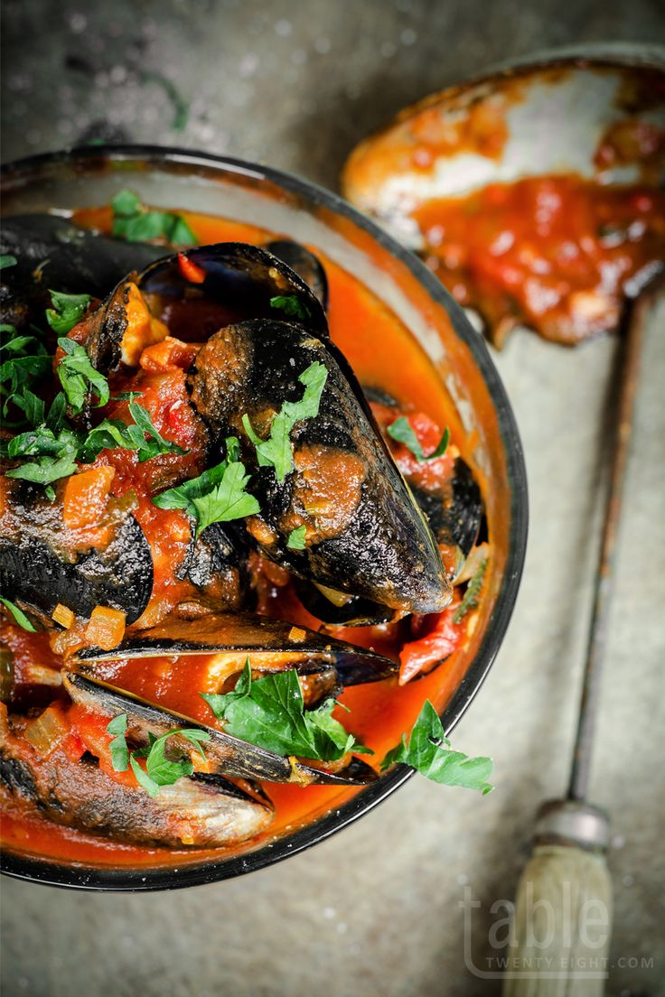 chilli mussels wuth quick garlic bread | tabletwentyeight.com