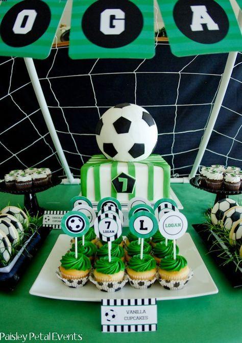 Anniversaire thème foot. Invitations, gâteau terrain de football, décoration