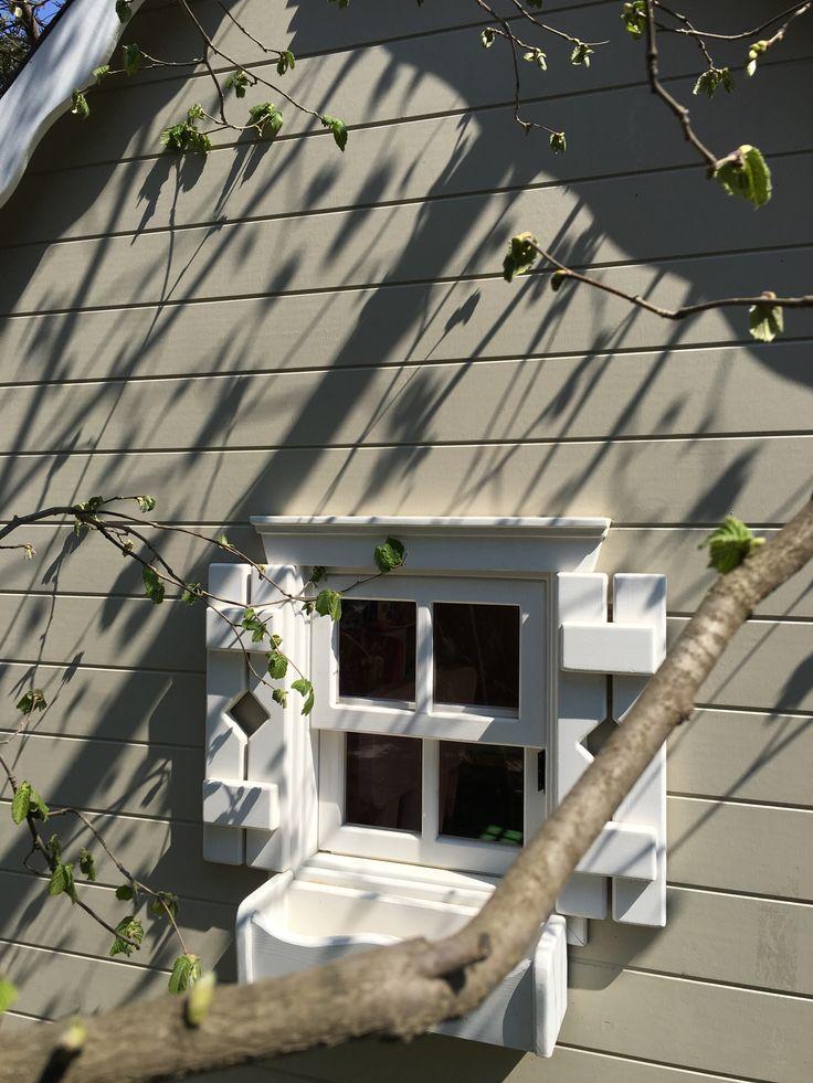 15 yaşındayken 25 tane küçük karesi olan köpük parçasının her bir karesine farklı pencereler yapmıştım.kimi perdeli, kimi sadece tül,kimi cumbalı,önünde saksıda çiçekler.farklı pencerelerden dünyaya bakmak istemiştim belki de.bugün bir çocuk evinin minicik penceresinin önüne yeni filiz vermiş dalı alarak çektiğim fotoya bakınca 15 yaşım geldi aklıma.ve düşündüm,   yıllardır uzun yollarda ben hep evlerin pencerelerine bakarım...nedendir bilemedim bu pencere merakım