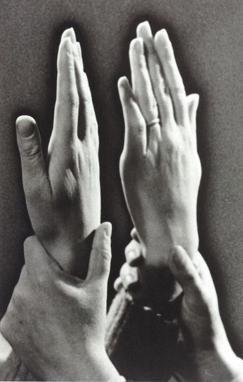 """Hands of Gala and Salvador Dali"" (1936) de Man Ray (1890-1976) peintre-photographe américain."