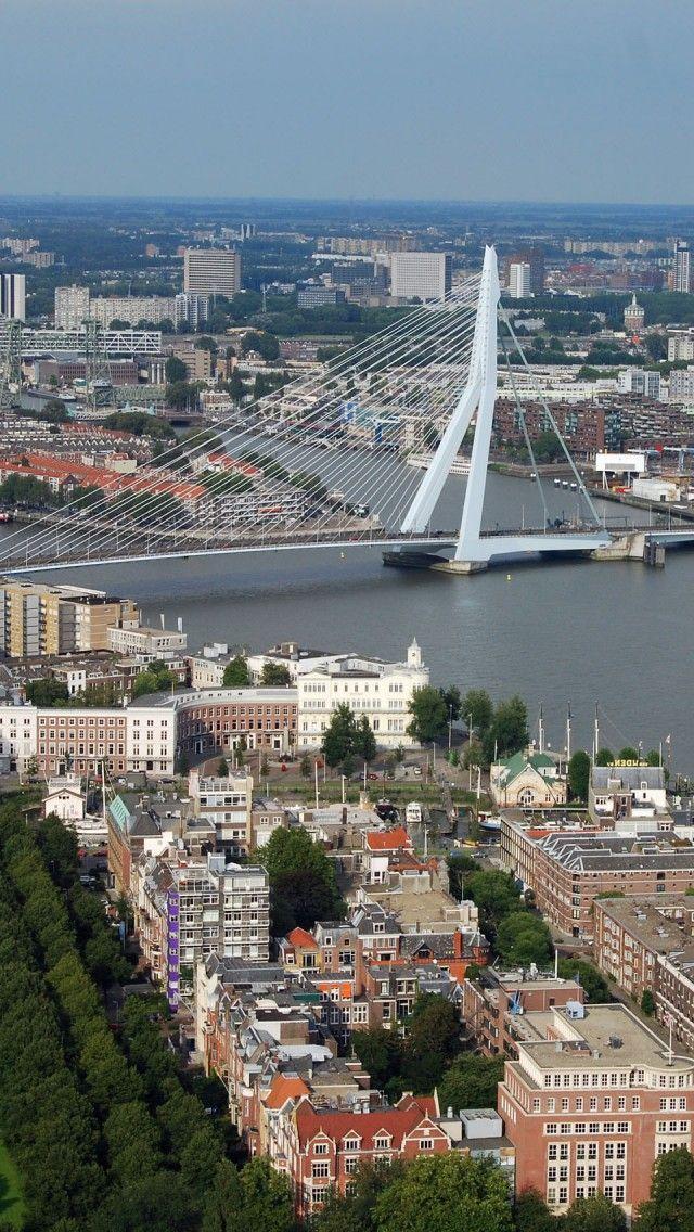 Rotterdam - is een havenstad gelegen in het westen van Nederland, in de provincie Zuid-Holland. De stad is gelegen aan de Nieuwe Maas, een van de rivieren in de delta die gevormd wordt door de Rijn en de Maas. De haven van Rotterdam, lange tijd de grootste ter wereld, is de grootste en belangrijkste van Europa. Het havengebied strekt zich uit over een lengte van 40 kilometer. De naam Rotterdam stamt uit de dertiende eeuw en verwijst naar een dam in de rivier de Rotte. Bron: Wikipedia.