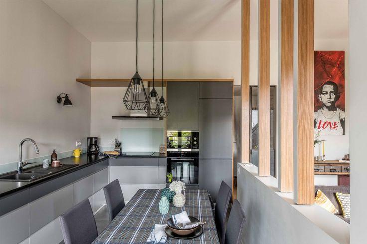 Cuisine en camaïeu de gris sur-mesure et plan de travail en granit noir.  Conception agence d'architecture d'intérieur Murs & Merveilles I www.mursetmerveilles.fr