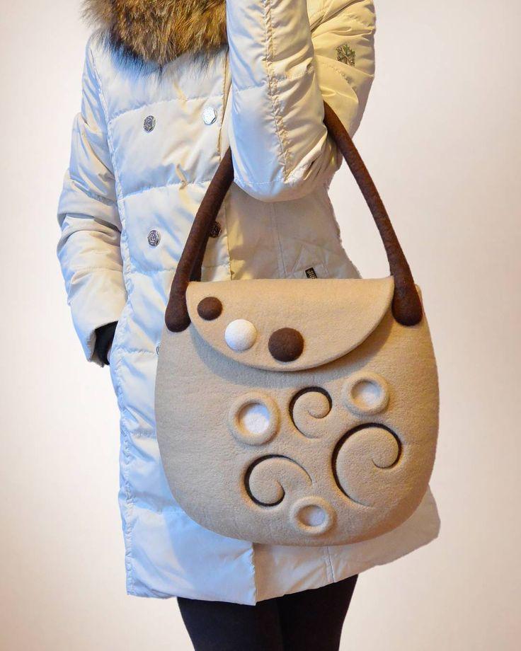 Валяная сумка бежево-коричневая, как кофе с молоком, при этом рисунок ассоциируется с зимним узором. Этот узор, с одной стороны простой, минималистичный, но при этом очень эффектный, я уже не раз повторяла в разном цветовом сочетании, и вот теперь он представлен в таком кофейном сочетании цветов. Просто и со вкусом!  Удобная длина ручек позволяет носить сумку как на плече, так и в руке.  Закрывается на магнитную кнопку. Внутри 2 цельноваляных кармашка. Либо можно сделать один большой карман…