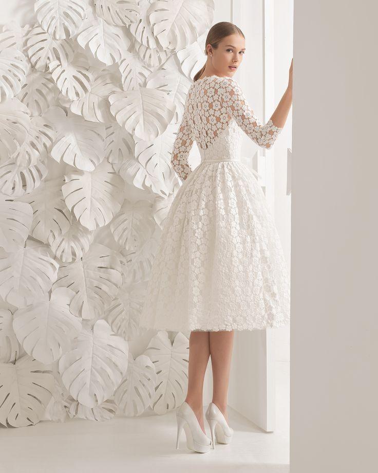 Neri vestido de guipur.                                                                                                                                                                                 Más