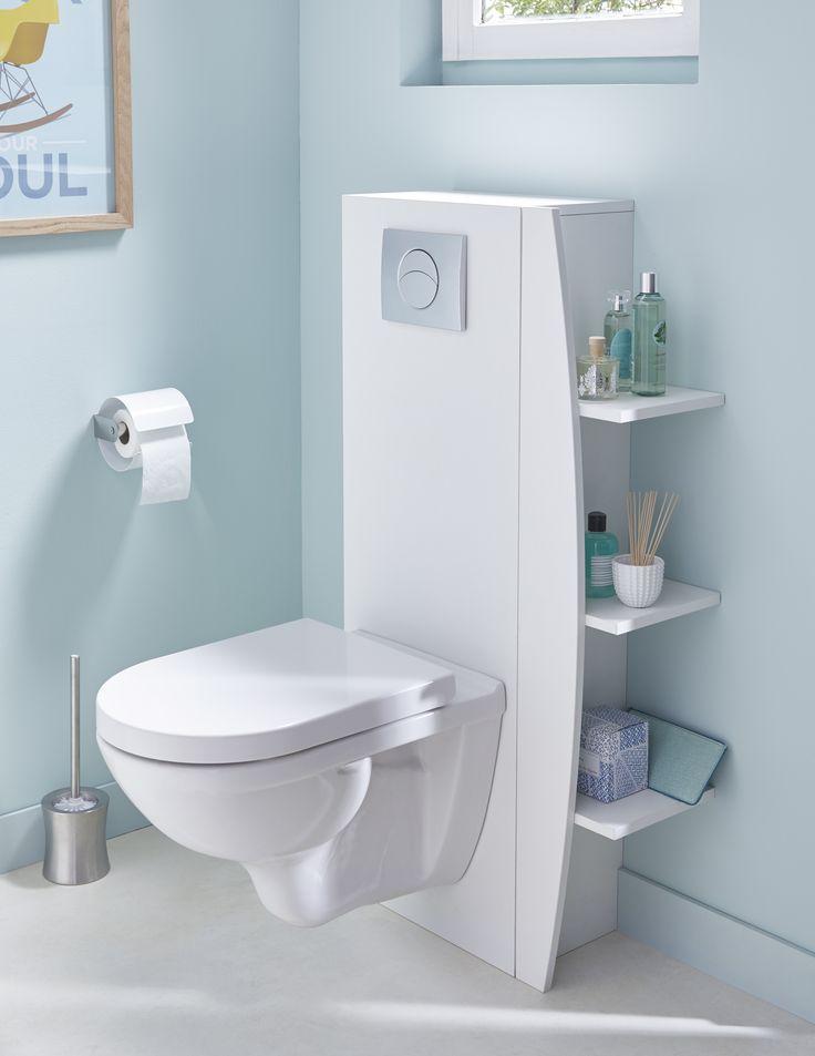 Optimiser les rangements autour des toilettes avec ces étagères adossées au mur ou sur le côté de l'habillage au-dessus des des wc suspendus pour gagner en rangement