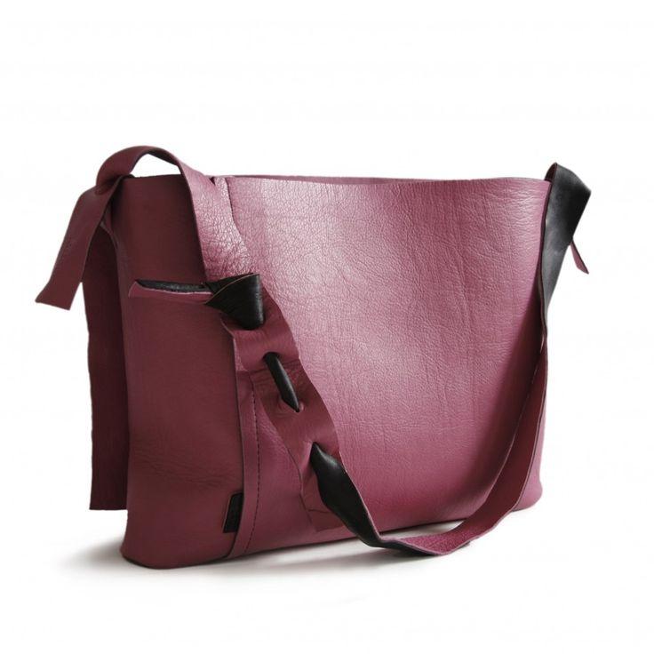 De handgemaakte schoudertas is is uitgevoerd in een hoogwaardige (volnerf) kwaliteit rundleer. Een opvallende eigenschap van de tas is dat ze in een handomdraai binnenstebuiten te keren is! Zowel de zwarte als de fucsia zijde kunnen aan de buitenkant gedragen worden. Dit geldt voor alle producten va