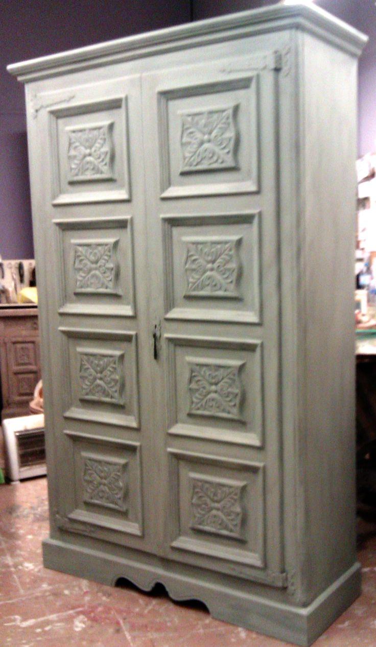 Restauración hecha en base a verdes grisáceos y una suave pátina de envejecimiento. Antes era rojo y dorado.