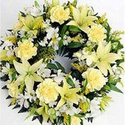 Classica corona funebre di colori delicati adatta a commemorazioni funebri di defunti uomini e donne.