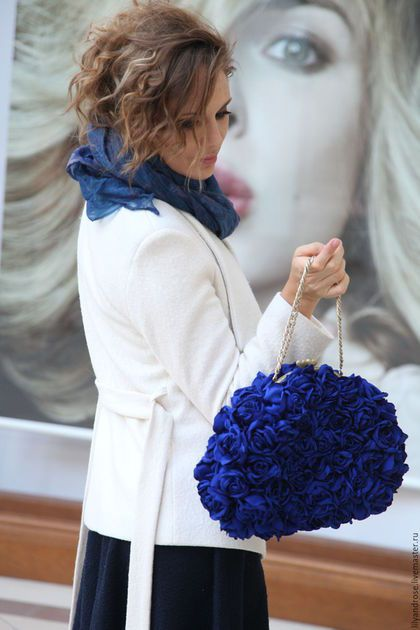 Купить или заказать Синий клатч сумочка в интернет-магазине на Ярмарке Мастеров. Сумка клатч синего цвета полностью обшита мелкоми розочками из атласа, около 80 розочек, застежка на фермуаре, внутри подкладка из черной шелковой тафты, карман накладной,ручка цепочка ( 40 см). Клатч шикарный, будете чувствовать себя королевой.