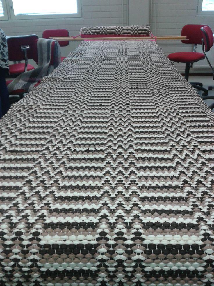 Ensimmäinen koulussa kudottu matto asiakkaalle