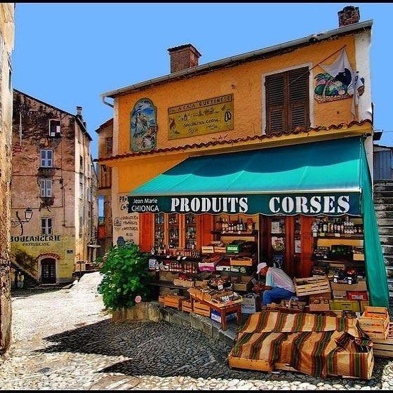 Comme une #cartepostale ☀️! #corte #epicerie #corse #corsica #corsicamylove @paris_sur_la_corse #imagedujour #view #commerce #fruits #legumes #produitslocaux #consommerlocal #producteurslocaux #placetobe #tourism #corti #street #mediterranean #sud