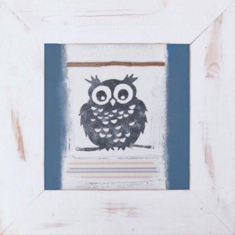 De houten plaat is beplakt en beschilderd met de afbeelding van een uil in het midden. Links en rechts zijn blauwe zijkanten, onder en boven de uil zijn contrasterende elementen aangebracht. Dit decoratieve stuk is belijst met een breed houten frame.