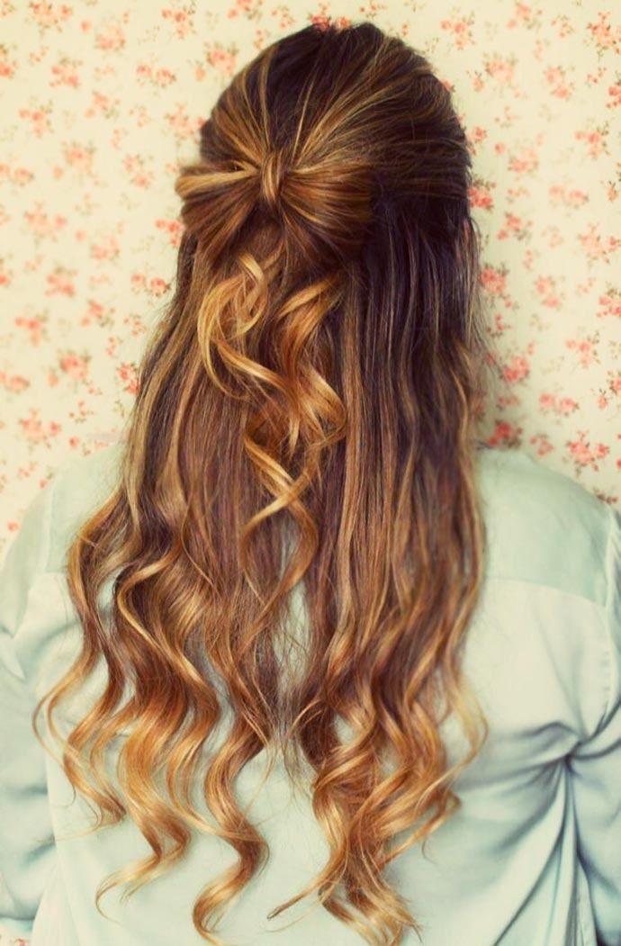 Um penteado de cabelo com laço é muito fofo e garante um visual super charmoso. O laço pode ganhar variações como ser mais alto, mais baixo, maior ou menor