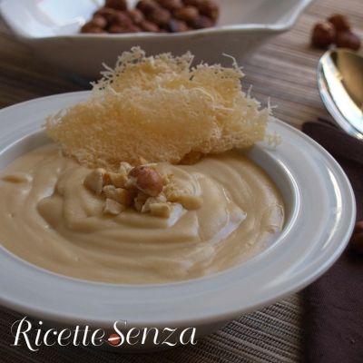 Crema di cannellini alla nocciola con scaglie di parmigiano http://www.ricettesenza.it/le-ricette/item/226-crema-di-cannellini-alla-nocciola-con-cialde-di-parmigiano.html