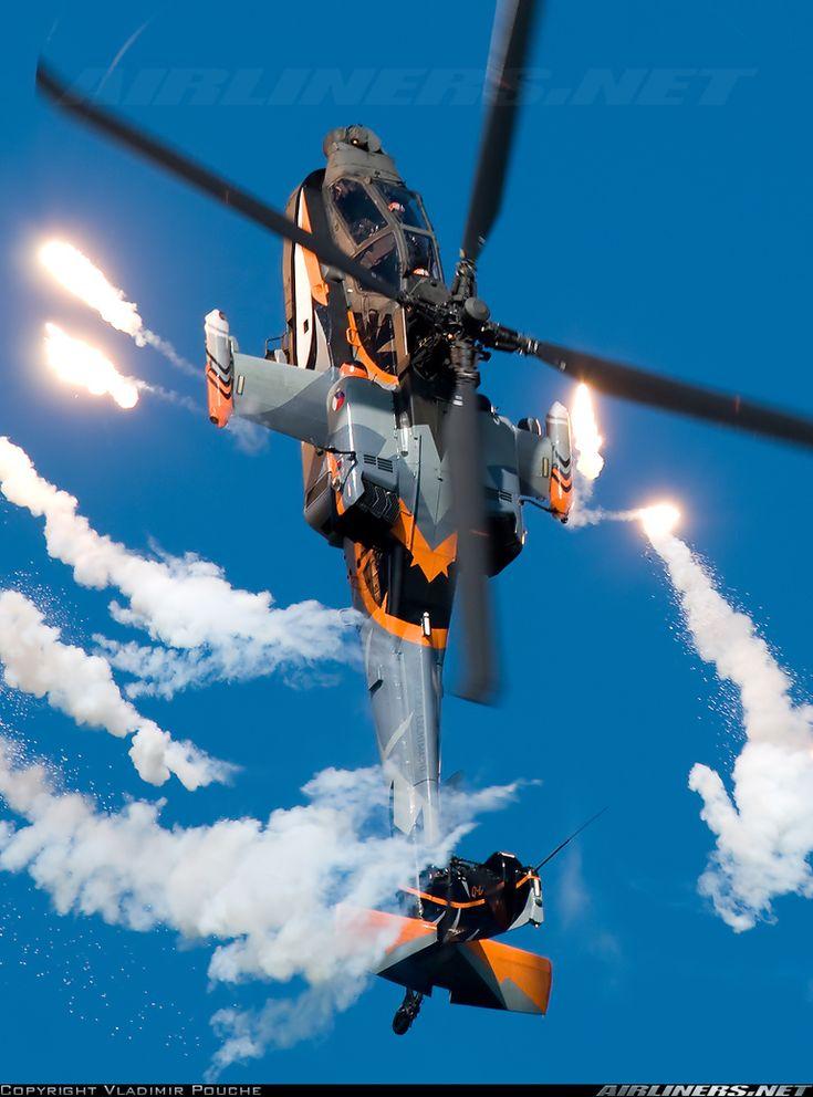 #Armas - Un helicóptero Apache AH-64D disparando bengalas - #foto en #pinterest