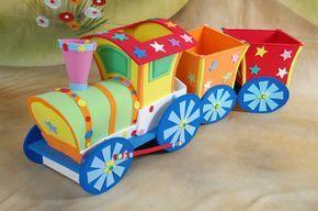 Lindo y colorido tren (locomotora) elaborado en fomi,puedes usarlo para decorar algún rincón, para la mesa de dulces, o como centro de mesa con caramelos en algún festejo infantil. A continuación, como hacer el treny los moldes. Materiales Fomi (goma eva) común de distintos colores Fomi (goma eva) de 5 mm Recortes o figuras prediseñadas …