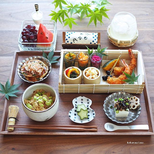 ❁.*⋆✧°.*⋆✧❁ Today's lunch. ・ 今日の寄せて集めてお昼ごはん。 ・ 酢の物と肉味噌以外の作り置きおかずは 本日 食べ切りです ・ お品書き(作り置きおかず+追加分★) 1.海老フライ 2.高野豆腐とひじきの肉味噌のせ(豆腐★) 3.山芋と大豆粉のネギ入りお焼き 4.セロリのきんぴら 5.小松菜とパプリカのコンソメ炒め 6.ポテトサラダ 7.かぼちゃのレモン煮 8.黒豆のあっさり煮 9.人参のシークワーサーマリネ 10.紫キャベツのマリネ 11.デコ胡瓜のナムル 12.れんこんの甘酢漬け(柚子風味) 13.枝豆としょうゆ麹の混ぜごはん 14.ぶどう・すいか・ヨーグルト★ 15.自家製ジンジャーエール ・ 2.6.7.10.12.のふりかけは 著書「のほほん曲げわっぱ弁当」にレシピ掲載しています。 ・ #ジンジャーシロップレシピ動画 あります♩ ---------------------------- Amebaブログ・LINEブログ更新しました➰✍️。 宜しければプロフィールのリンクからどうぞ--✈︎ ・ #こころのたねゴハン ❁.*⋆✧°.*⋆✧...