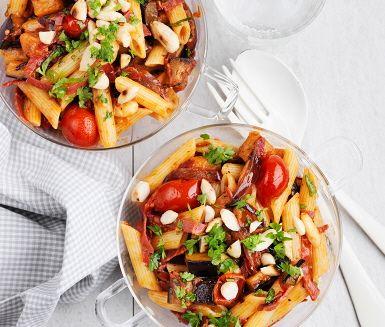 Pasta med körsbärstomater, aubergine och bresaola