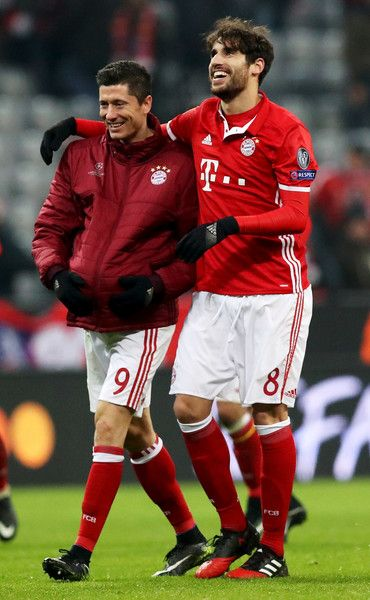 Robert Lewandowski (L) of Bayern celebrate with team mate Javi Martinez after the UEFA Champions League match between FC Bayern Muenchen and Club Atletico de Madrid at Allianz Arena on December 6, 2016 in Munich, Bavaria, Germany.