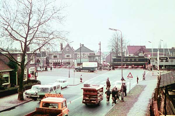 1962. Dubbele overweg in de Violiersstraat. Links de sigarenwinkel van Velthuis. De groentekar die de overweg nadert is van Jos Arendsen.