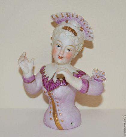Старинная кукла половинка / Half doll в интернет-магазине на Ярмарке Мастеров. Старинная кукла половинка / Half doll Очень интересная, необычная куколка, маркиза в сиреневом наряде с бабочкой на руке. Волосы куколки украшает большое гребень. Бисквитный фарфор. Произведена в Германии в 1950х годах Размер -…