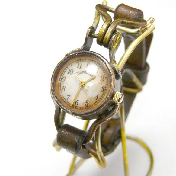 アンティーク加工を施した、レトロな女性用腕時計です。文字盤は長い時間を経たかのような、古びた印象のデザインです。横から見るとさりげなくハートが・・・。このハー...|ハンドメイド、手作り、手仕事品の通販・販売・購入ならCreema。