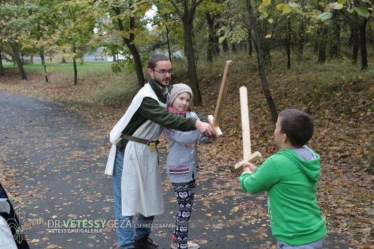Lovagi tornán kardforgatást tanultak az apródok