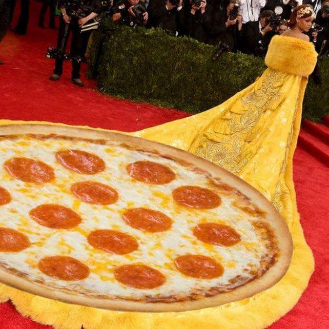Se burlan de Rihanna por su vestido 'pizza-omelette' | Excélsior