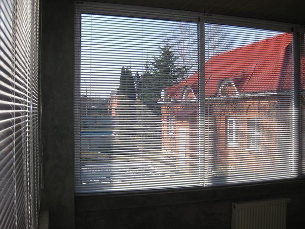 Горизонтальные жалюзи на окна  Адрес: Россия, Московская область, коттеджный посёлок Вёшки-95 Горизонтальные жалюзи на окна, классические жалюзи используемые уже достаточно давно, они функциональны просты в управлении и установке и недорогие.
