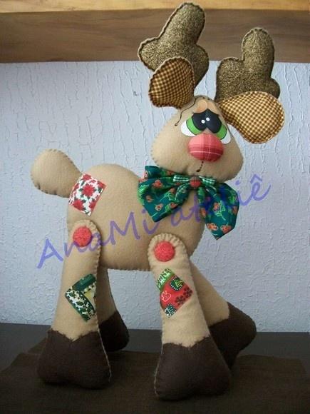 Enfeite de rena em pé para móveis, em feltro e tecido com enchimento acrílico costurado à mão. Tempo para confecção aproximado. R$75,00