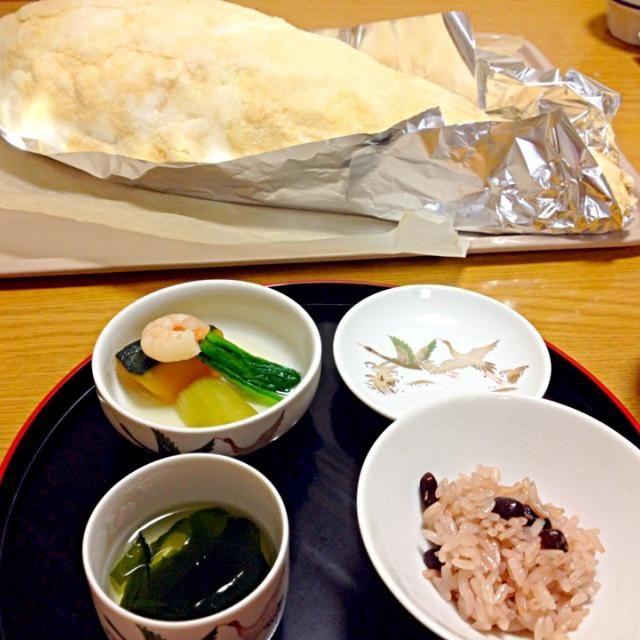 とうに産まれて100日とか過ぎてますが、夏のイベントも落ち着いてようやくお食い初めにこぎつけました。始めての塩釜焼き、ドキドキしながら作ったかいあって皆喜んでくれました。 - 30件のもぐもぐ - お食い初め 鯛の塩釜焼き、季節の野菜炊き、お赤飯、若芽のお吸い物 by marikomushi