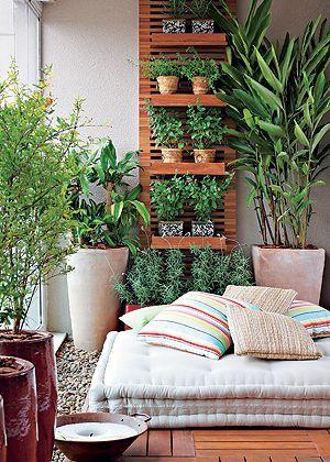 O jardim vertical, feito com blocos de cerâmica da Green Wall Ceramic, tem irrigação automática e iluminação especial