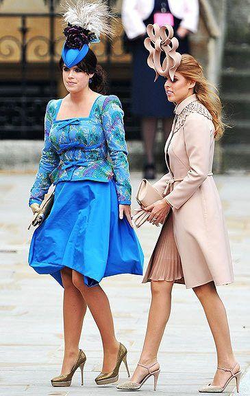 Jurava que era a Lady Gaga! Mas não, era a Princesa Beatrice ao lado da irmã Eugenie (de azul). São filhas do Príncipe Andrew e Sarah Ferguson, a excluída do casamento real. E sabem de quem é o chapéu?? Philip Treacy!!! Que faz os chapéus de quem??? E não era mera coincidência!!!
