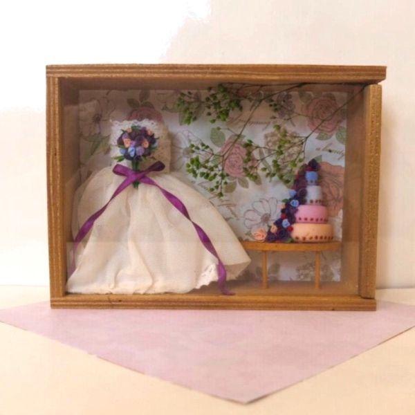 紫色が好きな花嫁さんをイメージして作りました。ご自宅のインテリアや贈り物にお使いください。●カラー:白、茶、紫●サイズ:11×15cm●素材:樹脂粘土、紙、木●注意事項:観賞用です。中の部品及び木枠部分は接着してありますので中身を取り出すことはできません。強く振ったり衝撃を与えると中の部品が外れる恐れがあります。取り扱いにはご注意ください。●作家名:日向屋#ミニチュアBOX #飾り物 #インテリア #結婚式 #ウエディング #結婚祝い #ドレス #プレゼント #お祝い #ミニチュアスイーツ #フェイクスイーツ #雑貨 #樹脂粘土 #フェイクフード #リアル #本格的 #本物そっくり #コレクション #観賞用 #手作り #ハンドメイド #handmade----------------------------------------------【定形外郵便の料金改定】2017/6/1日本郵便の料金改定により定形外郵便は全て規格外料金価格とさせて頂きます。【ギフトラッピング】簡単なギフトラッピングを無料で承っております。ご希望の方は備考欄に「ギフトラッ...