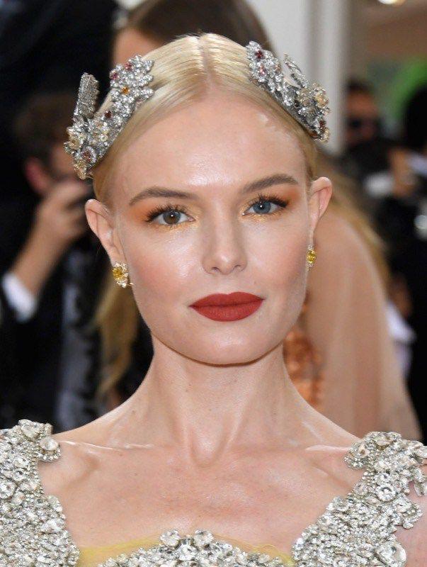 Makeup con rossetto rosso e ombretto oro-rame