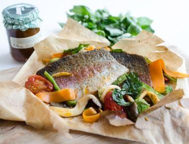 Lachsforellenfilet mit frischem Gemüse und Pinienkernen im Paket - Rezept