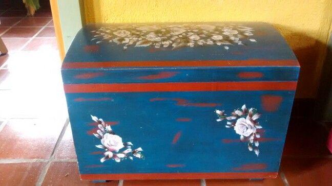 Baul pintado en doble acrilico aguado y y flores en tecnica de pincelada.