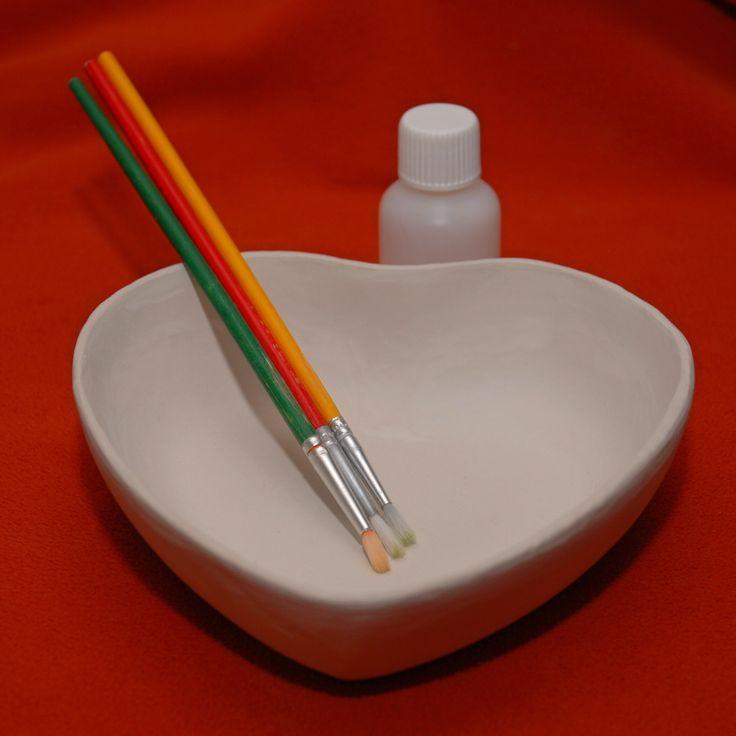 S+chutí+maluj,+s+láskou+daruj.+Keramická+odlívaná+miska+ve+tvaru+srdce.+Rozměry:+vnější+14+x+14+cm,+dno+srdíčka+9+x+9+cm,+hloubka+mističky+3+až+4+cm.+Velikost+vnitřku+odpovídá+třem+čajovým+svíčkám.+Srdce+je+vypálené+na+teplotu+1140+stupňů.+Výsledkem+je+bílá+přírodní+keramika.+Není+glazované+ani+nijak+jinak+dekorované.+Ke+každé+objednávce+s+keramickými+...