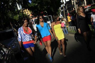 Travestidos. El travestismo también supone una tabla de salvación. Celia Blanco | Mordiscos y Tacones, El País, 2017-03-16 http://elpais.com/elpais/2017/03/13/mordiscos_y_tacones/1489423143_135283.html