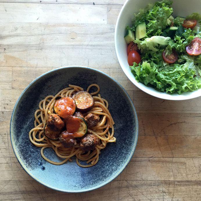 Frisk pasta med grillet aubergine og kødboller i tomatsauce