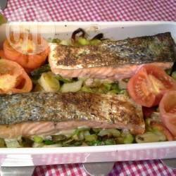 Een complete maaltijd uit de oven: zalmmoten worden gebakken op een bedje van groenten en aardappeltjes. Een fris en gezond gerecht!