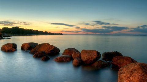 Definitioner på tusmørke:Borgerligt tusmørke;solen er mellem 0 og 6 grader under horisonten - udendørs aktiviteter kan foregå uden kunstigt lys, og både horisonten og genstande på jorden kan tydeligt ses.Nautisk tusmørke;solen er mellem 6 og 12 grader under horisonten - man kan se omridset af genstande på jorden, mens horisonten er mere vanskelig at skelne.Astronomisk tusmørke;solen er mellem 12 og 18 grader under horisonten - et mere eller mindre kraftigt genskær af solens lys ses på…