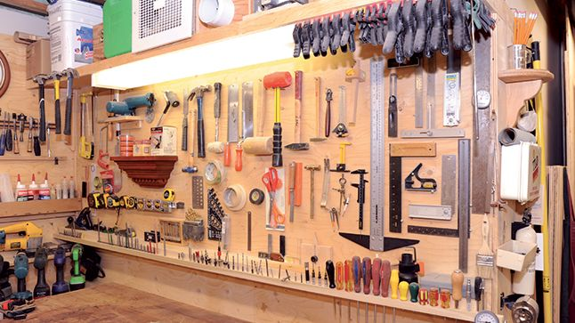 Confiné dans un coin du sous-sol, l'atelier est souvent réduit à sa plus simple expression.